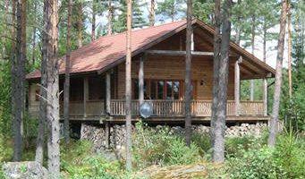 Neugebautes Blockhaus in Schweden