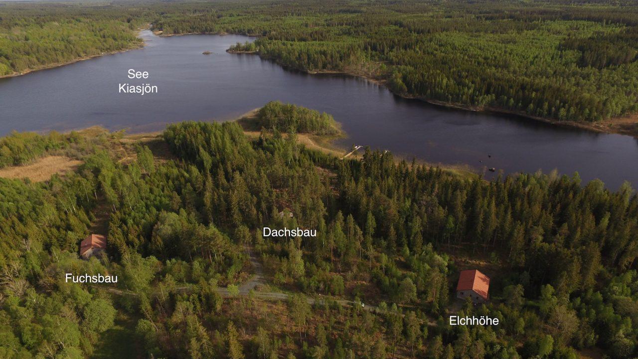 Ausläufer des Sees Kiasjön mit den drei neugebauten Blockhäusern