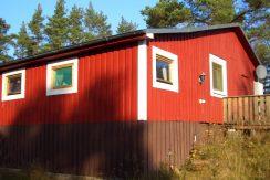 Das Haus liegt direkt am See mit zwei Terrassen
