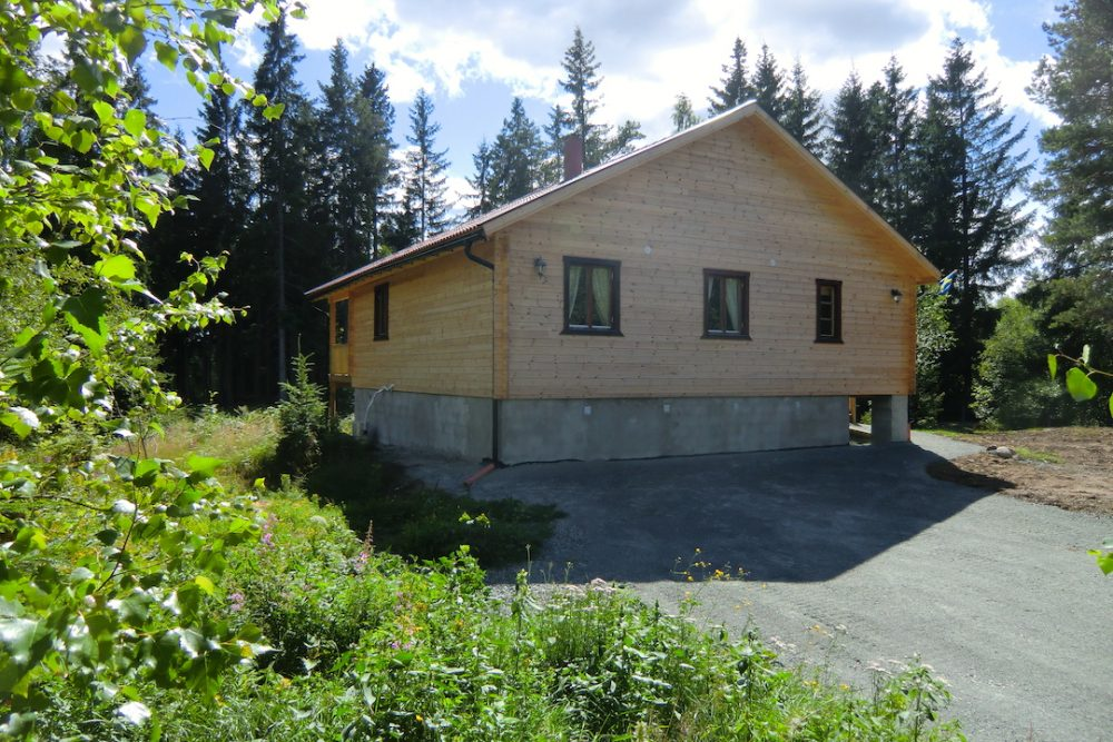 Ferienhaus Elchhöhe - Nordseite mit Parkplatz