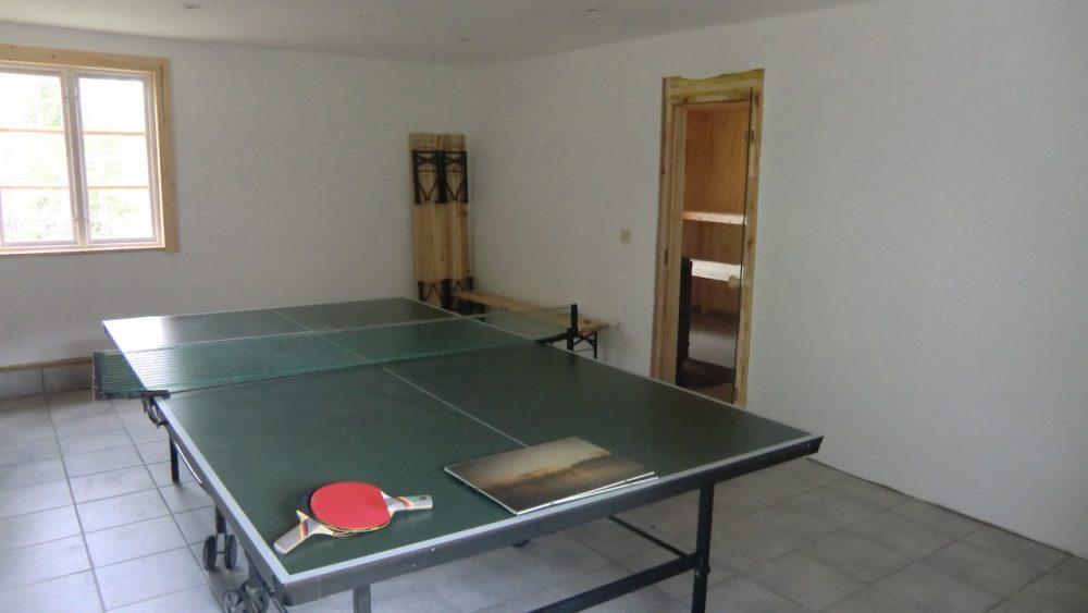 Vor der Sauna die Tischtennisplatte