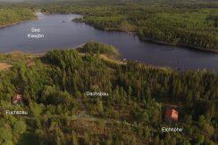 Ausläufer des See Kiasjö mit den drei neugebauten Blockhäusern