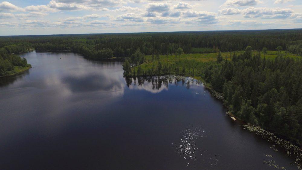Der See ist ca. 900 m vom Haus entfernt und mit dem Auto und zu Fuß zu erreichen