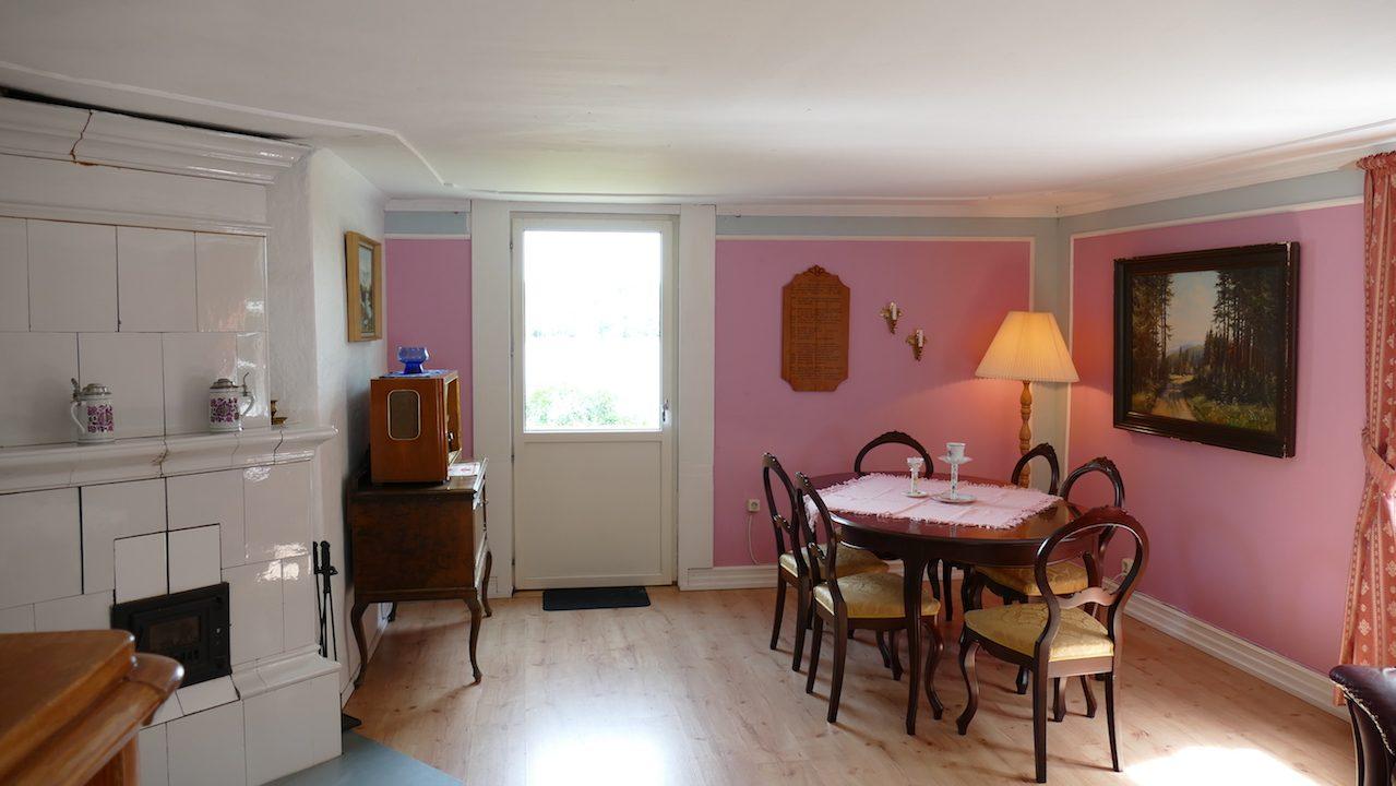 Wohnzimmer mit Essbereich und Kachelofen