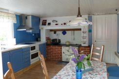 Große Wohnküche mit alten  und neuen Geräten