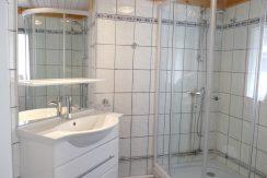 Modernes Bad mit Dusche und WC