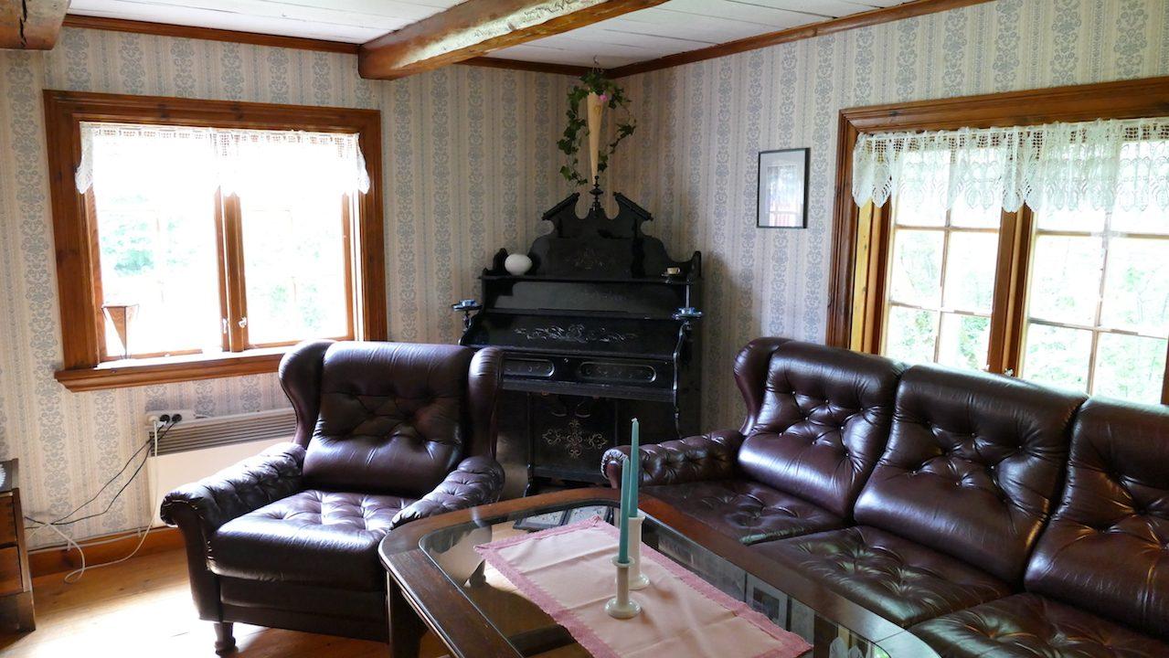 Alte Ledercouch mit altem Piano