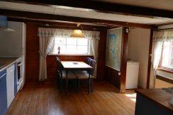 Essbereich in der Wohnküche mit Blick auf den See