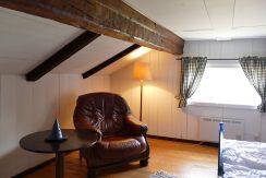 1. Schlafzimmer im Obergeschoss mit gemütlichen Lesesesseln