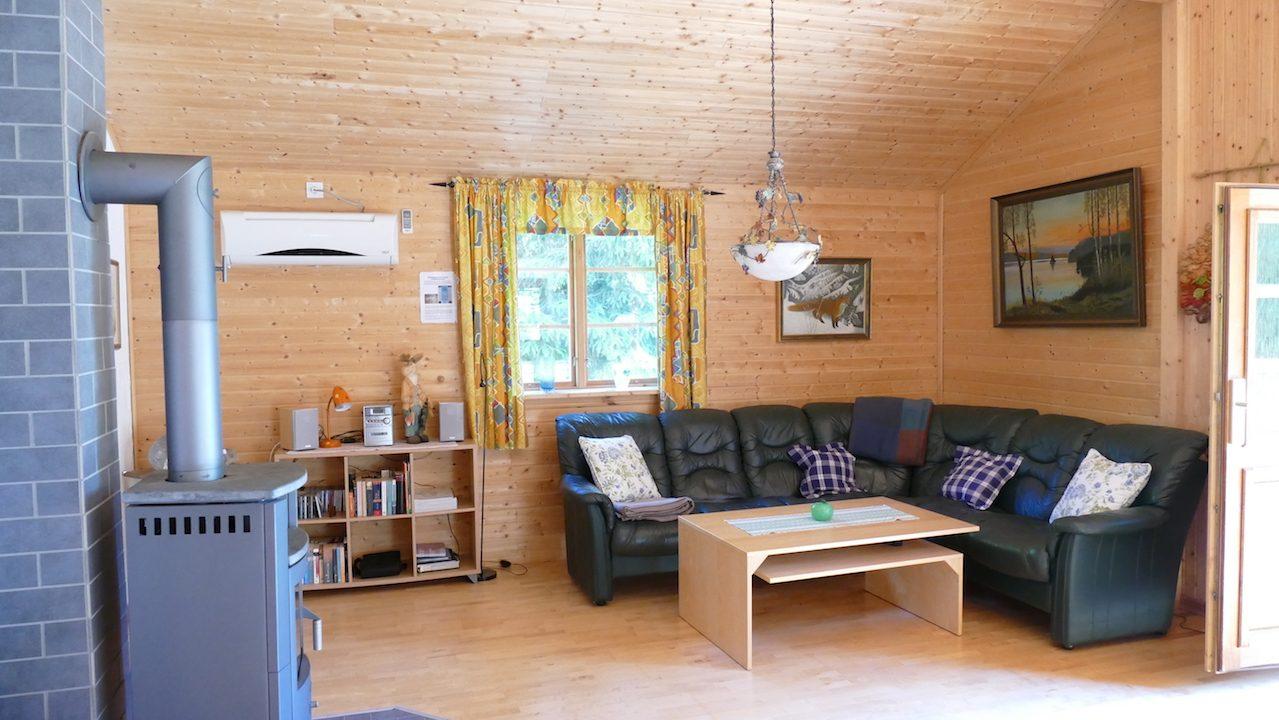 Wohnbereich mit Ledercouch und Kaminofen