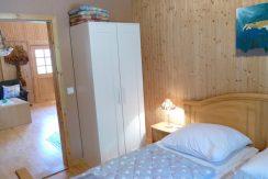 Schlafzimmer 1 mit Doppelbett und Schrank