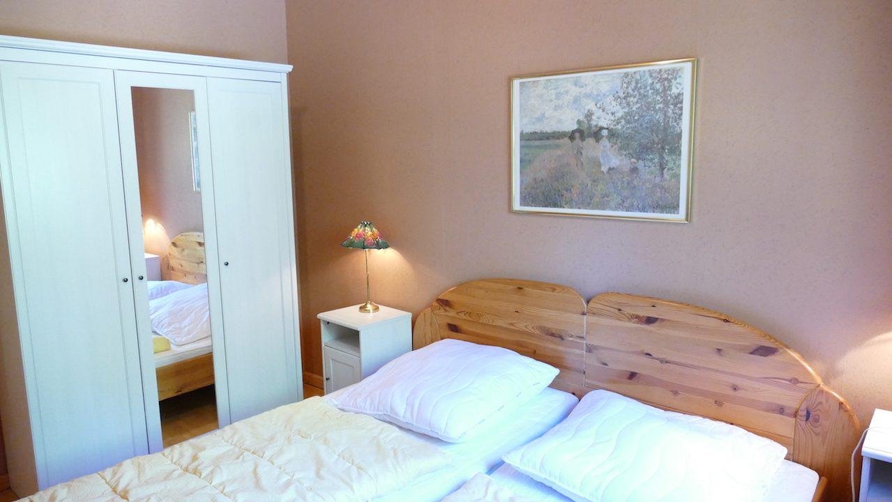 2. Schlafzimmer mit Doppelbett und Schrank