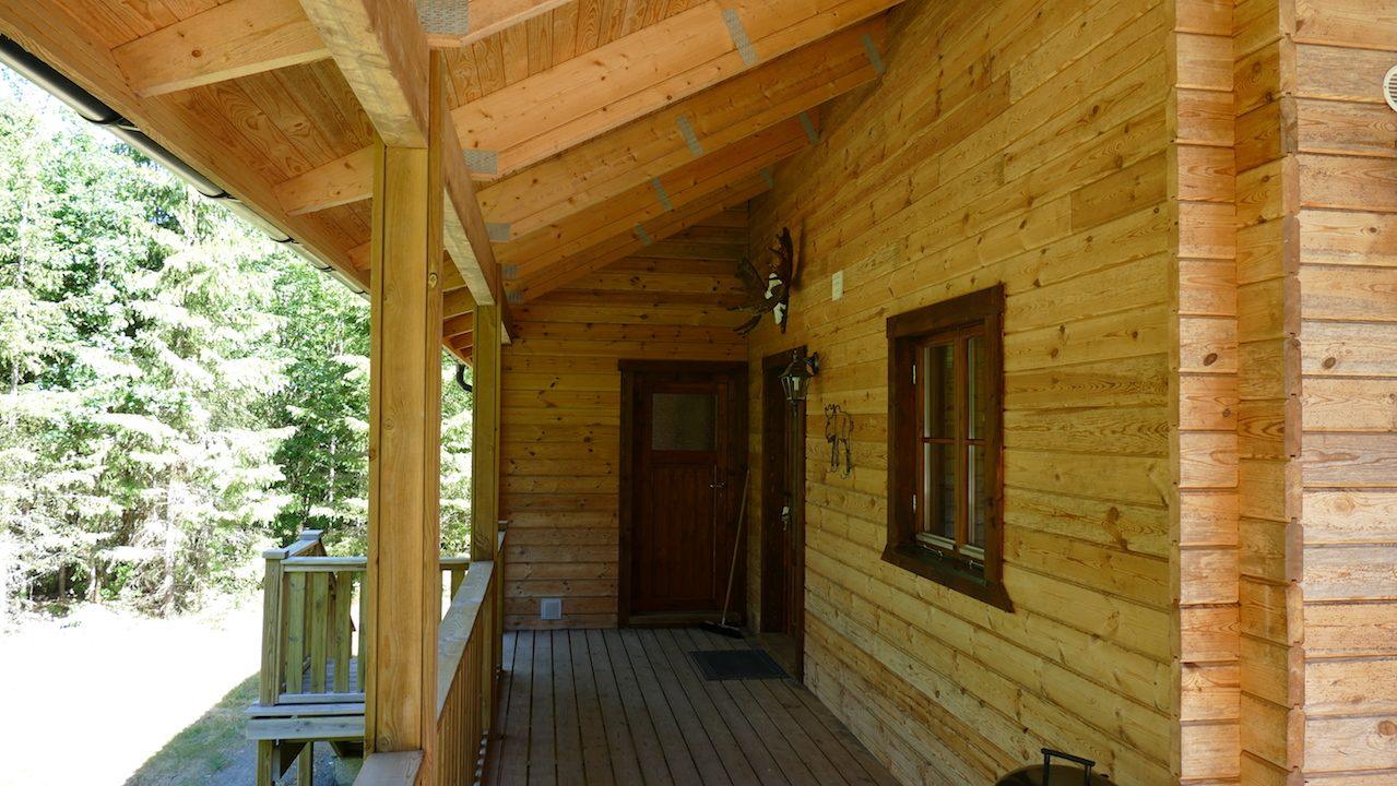 Terrasse mit Eingang zum Haus und zur Sauna