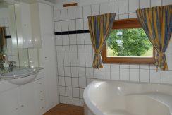Modernes Bad mit Eckbadewanne in der man auch duschen kann