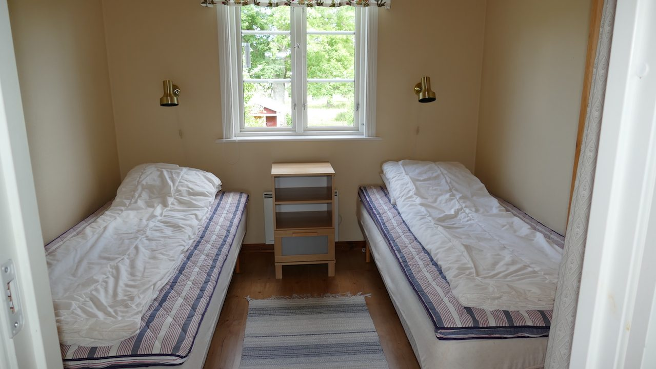 1. Schlafzimmer mit zwei Einzelbetten, die man auch zusammen stellen kann