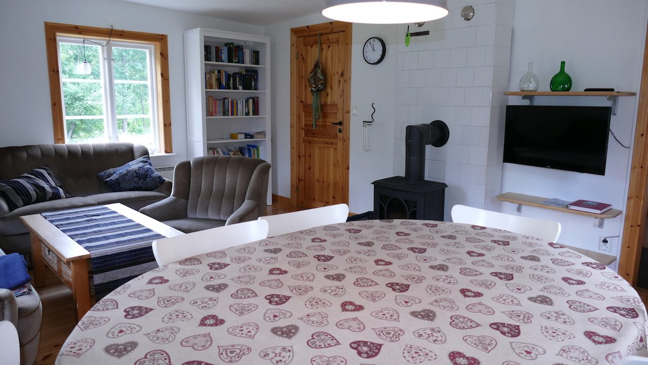 Wohnzimmer mit Kaminofen und Flachbild-TV