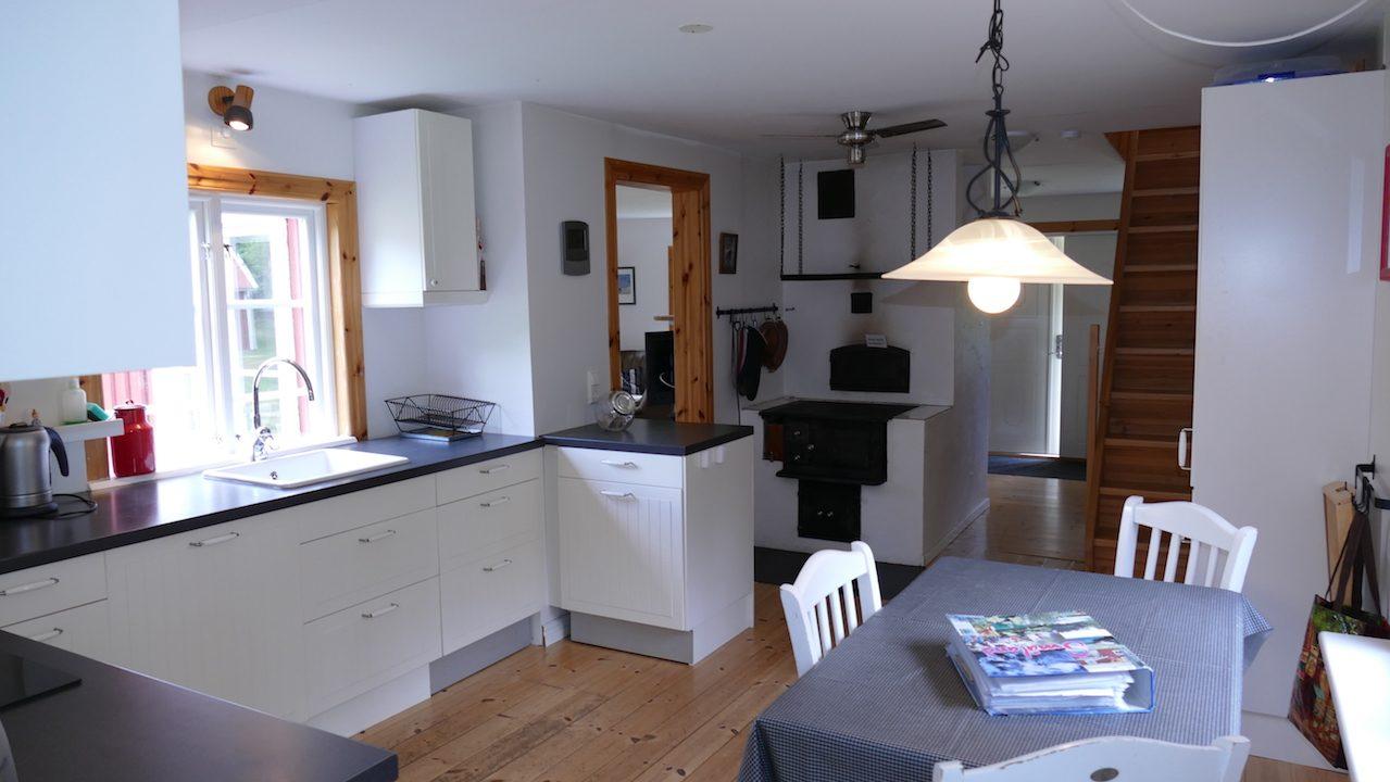 Komplette Küche mit Essbereich