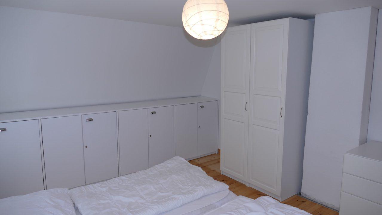 1. Schlafzimmer mit Schränken im Obergeschoss