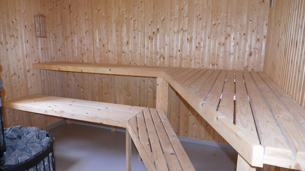 Großzügige Sauna - holzbetrieben