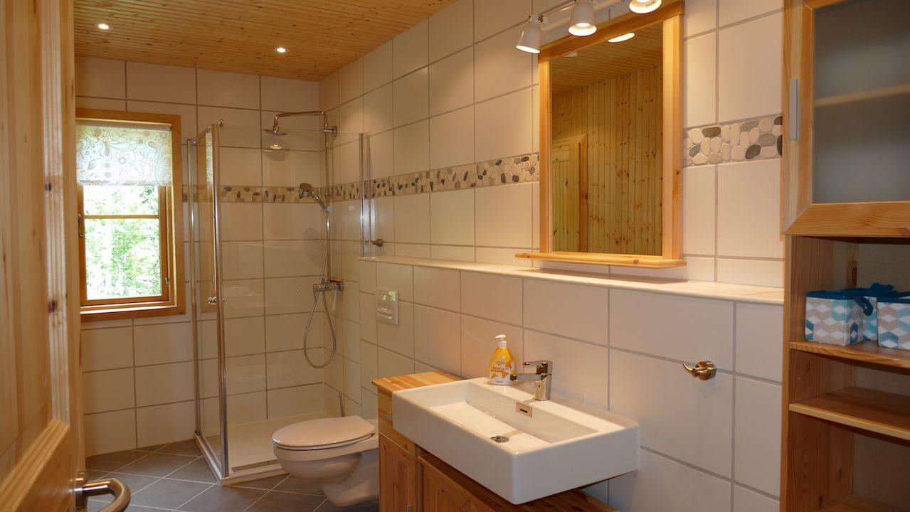 Großes Bad mit Zugang zur Sauna und Hauswirtschaftsraum