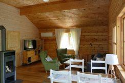 Wohnzimmer mit großem Flachbild-TV mit deutschen Programmen