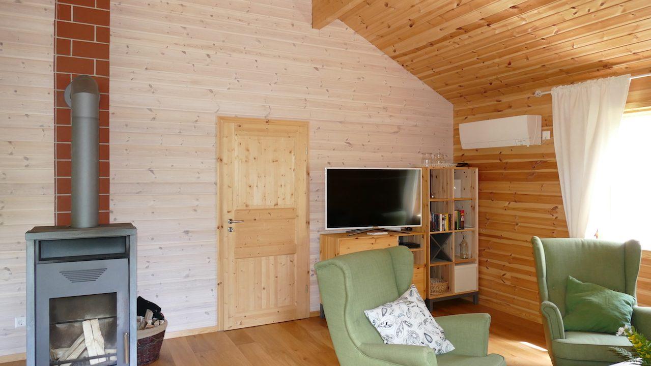 Das Haus kann auch mit der Wärmepumpe geheizt werden - im Bild oben rechts