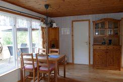 Essecke, im Hintergrund Tür zum Schlafzimmer