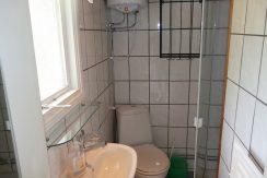 Kleines, modernes Duschbad mit WC