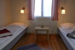 Schlafzimmer 1 mit Einzelbetten, die man auch zusammen stellen kann