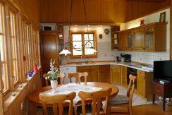 essbereich mit Seeblick im Wohnzimmer integriert