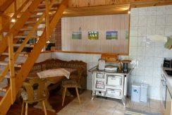 Kleine Essecke unter der Treppe