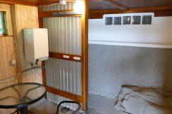 Saunavorraum mit Dusche und Sitzgelegenheit