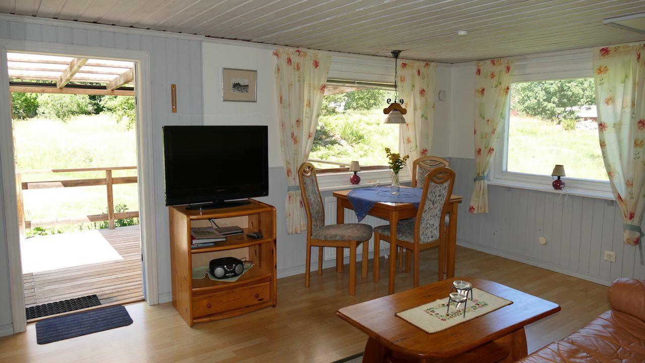 Wohnzimmer mit Essplatz und Flachbild-TV mit deutschen Programmen