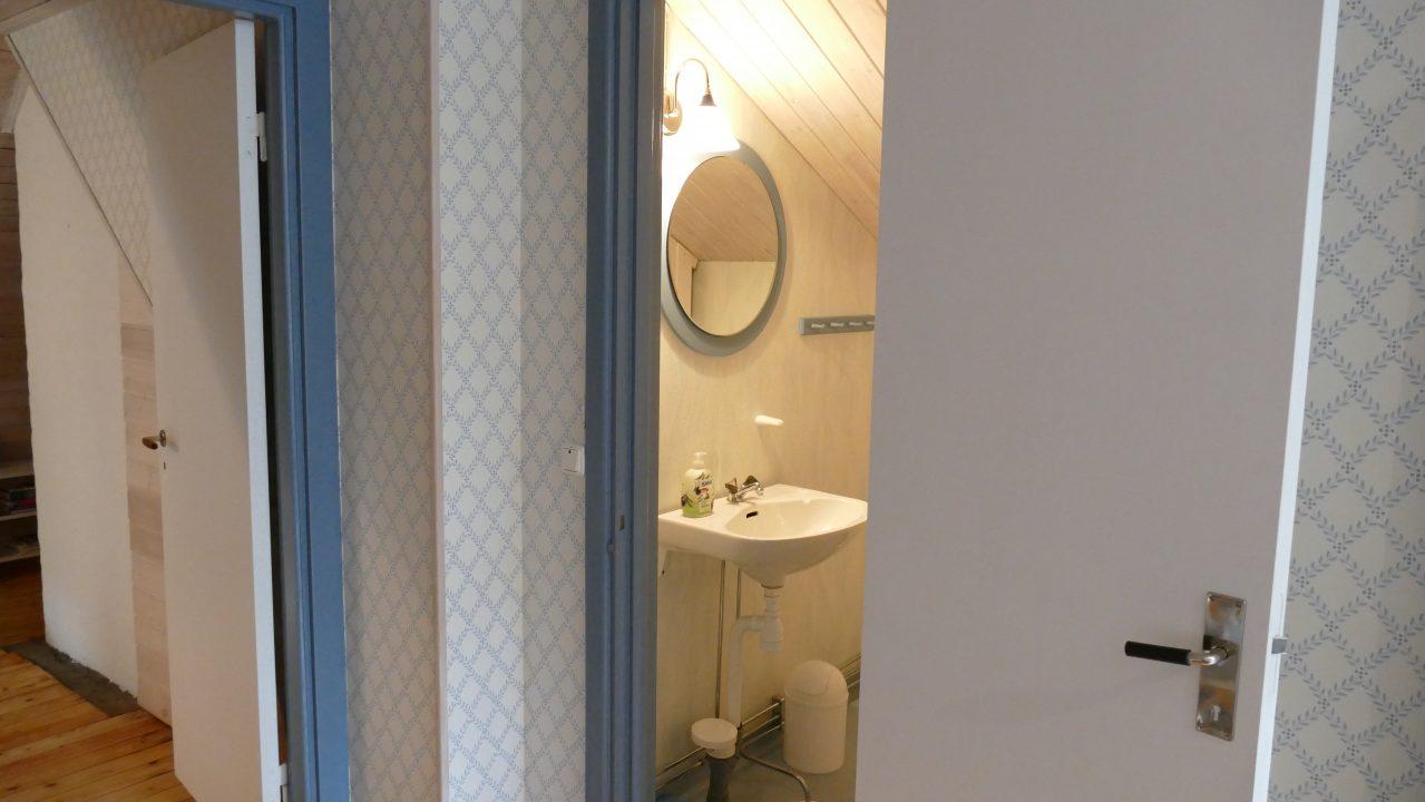 Bad mit Waschbecken und WC im Obergeschoss