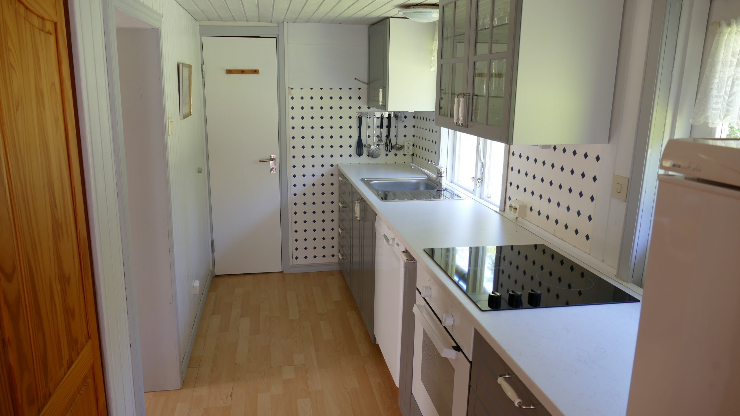 neue, moderne Küche mit allen Geräten