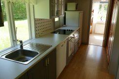 Küche mit E-Herd, Ceranfeld, Geschirrspüler, Tiefkühler und Kühlschrank